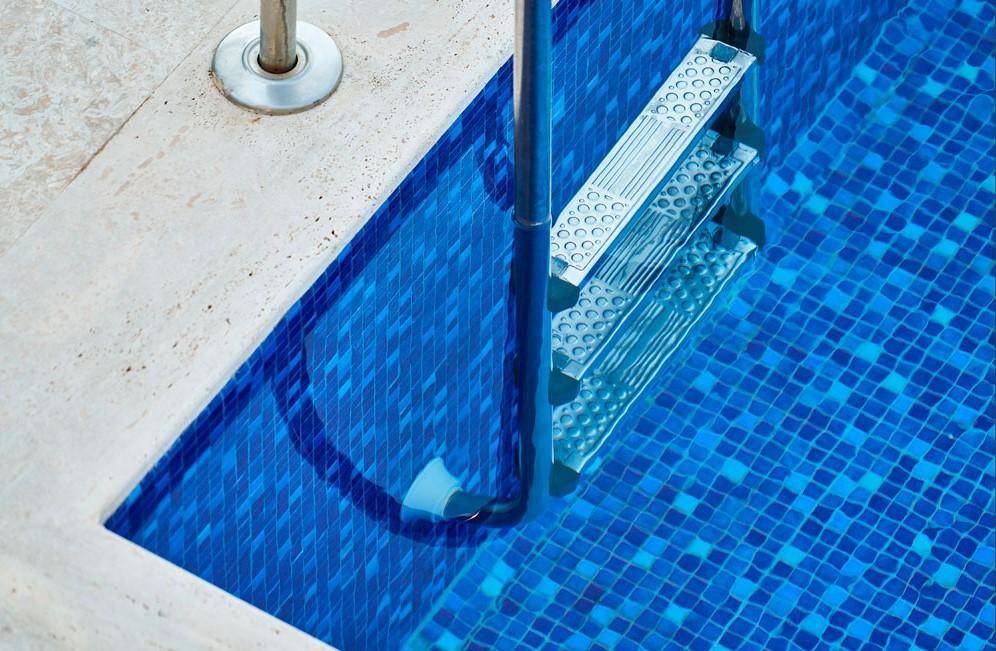 Vista di un dettaglio piscina interrata con scaletta