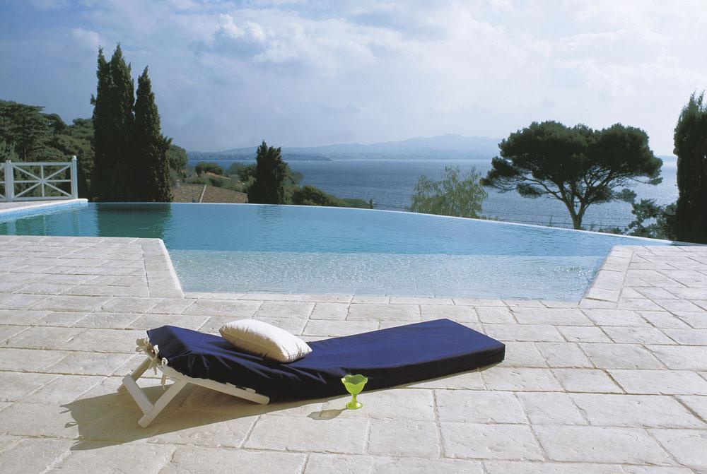 Vista di una piscina a sfioro in paesaggio marittimo