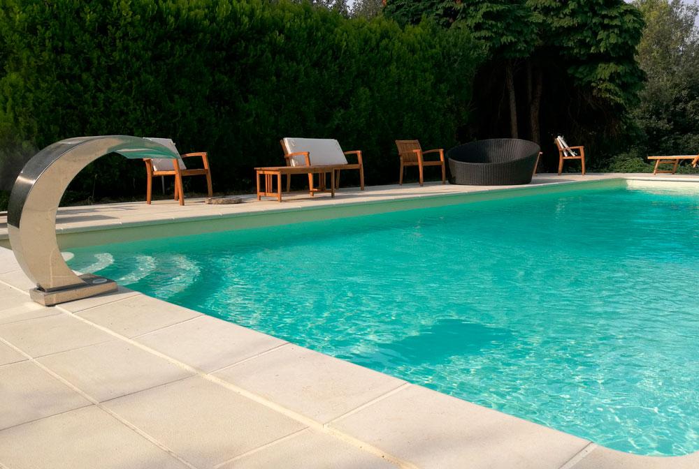 Vista di una piscina interrata in paesaggio collinare