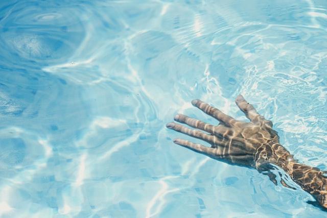Acqua tra le mani - assenza di fastidi-MsPiscine