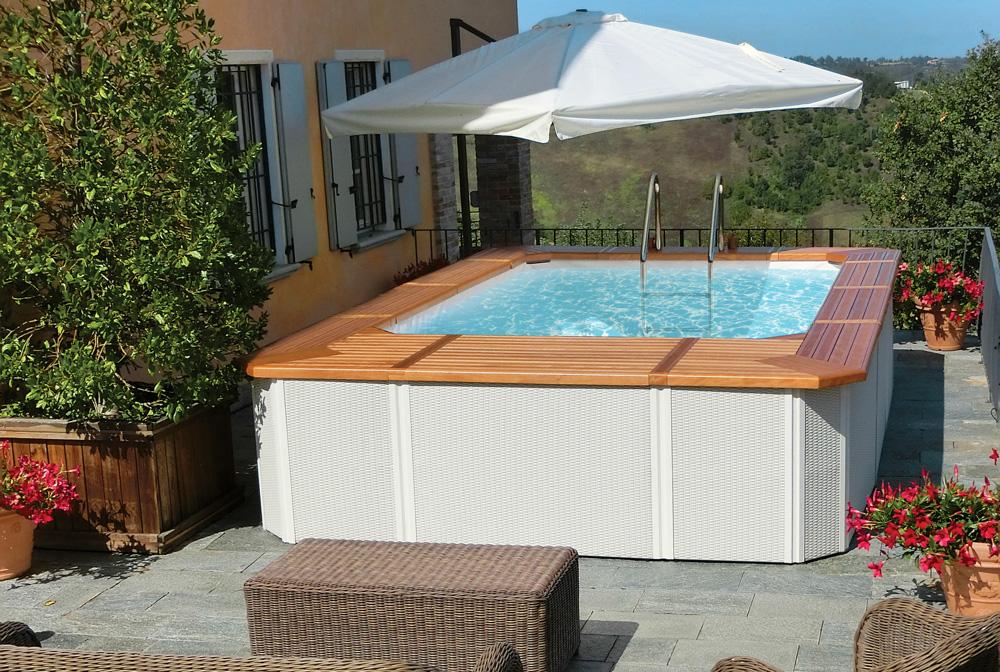 Vista di una piscina fuori terra su terrazzo di casa