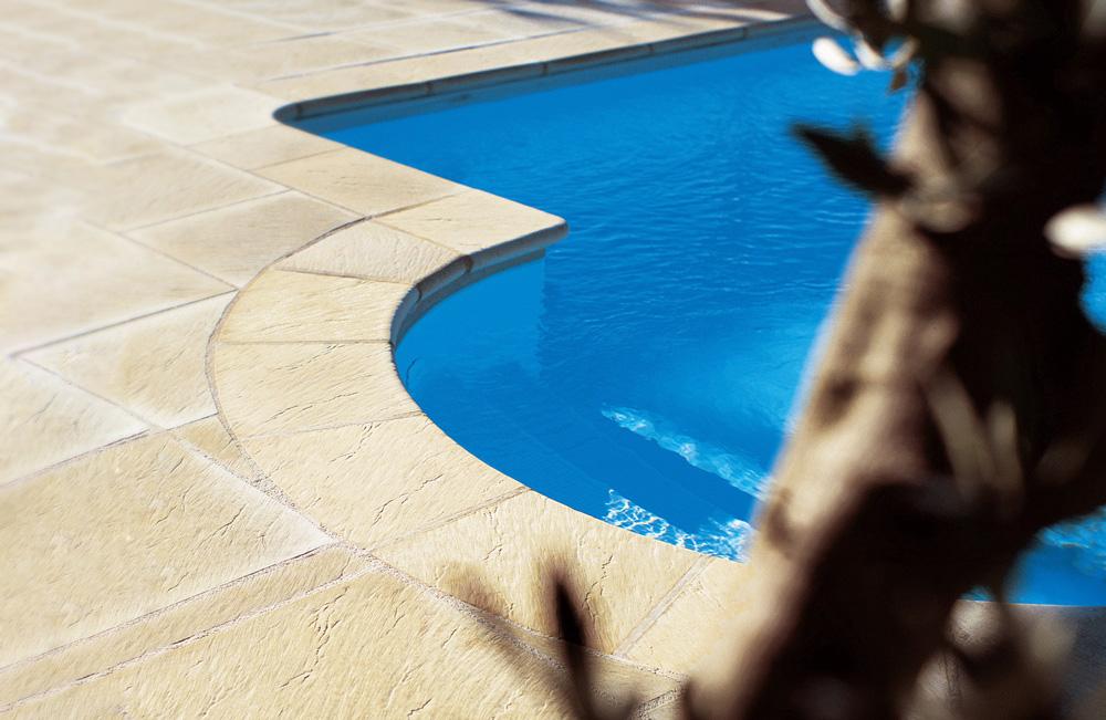Dettaglio bordo piscina e pavimentazione di MsPiscine