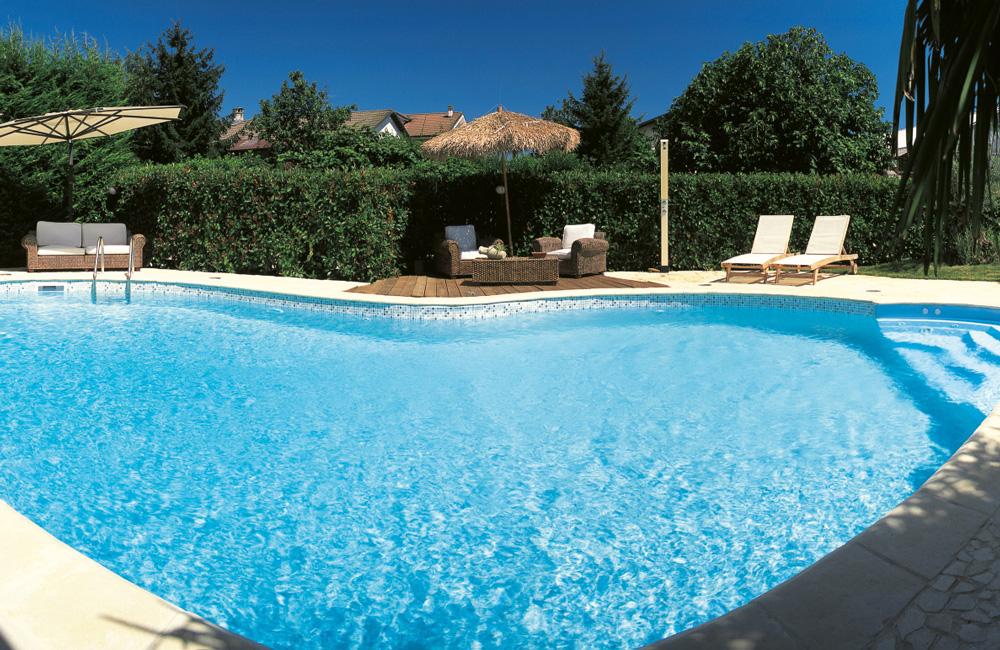 Scorcio piscina MsPiscine con doccia solare