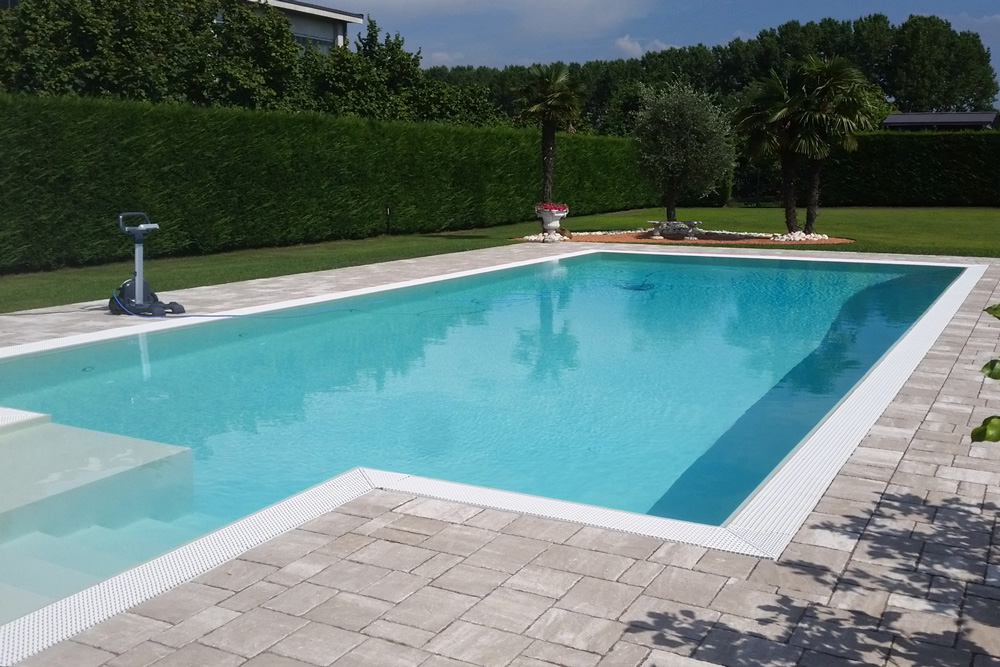 Vista di una piscina interrata in giardino